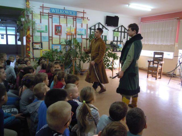 Grupa artystyczna Rekonstrukto odwiedziła uczniów z Wilkowic